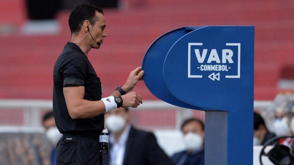 El árbitro, Wilmar Roldán, revisando la jugada