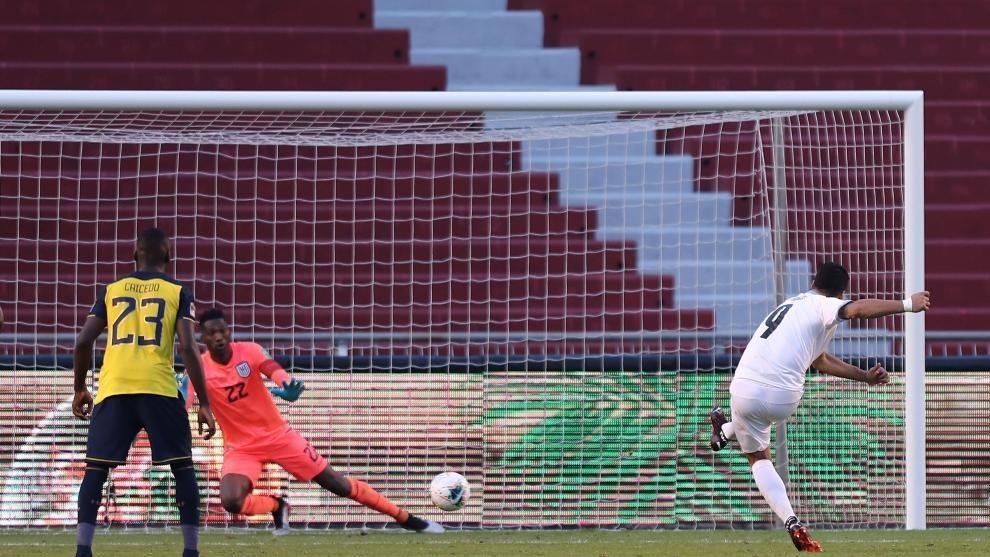 Suárez marca un penalti con Uruguay.