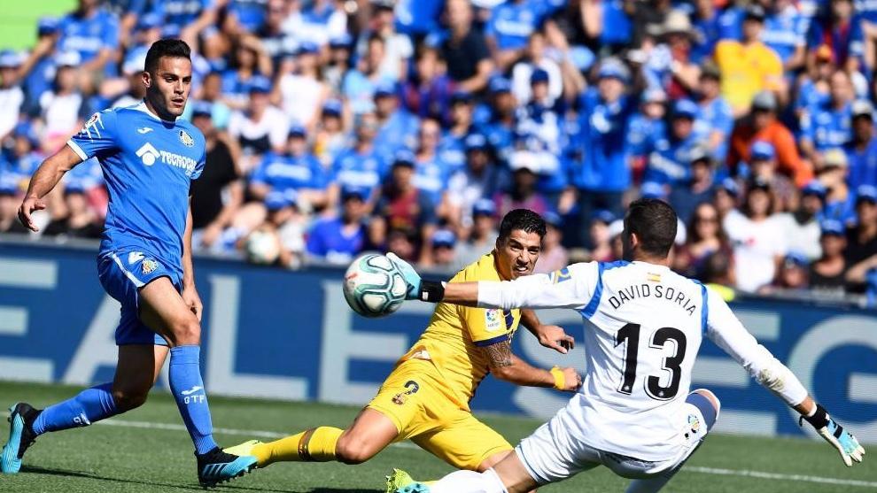 David Soria, intentando atajar el chut de Luis Suarez.