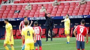 Simeone da instrucciones en el partido ante el Villarreal