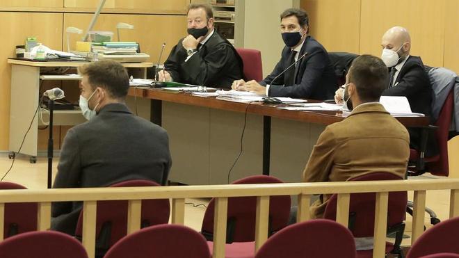 El futbolista del Eibar Sergi Enrich (i) y el ex jugador del equipo guipuzcoano Antonio Luna (d), durante el juicio que se celebra en los Juzgados de San Sebastián.