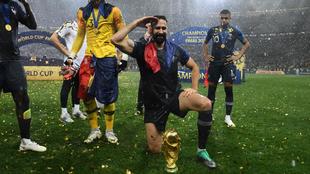 Adil Rami posando con el trofeo del Mundial de 2018 en el que Francia...