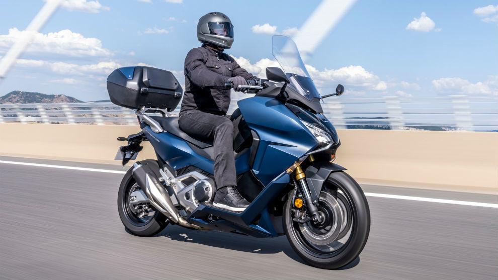 Ofrece una autonomía de casi 370 km con su depósito de 13,2 litros de gasolina.