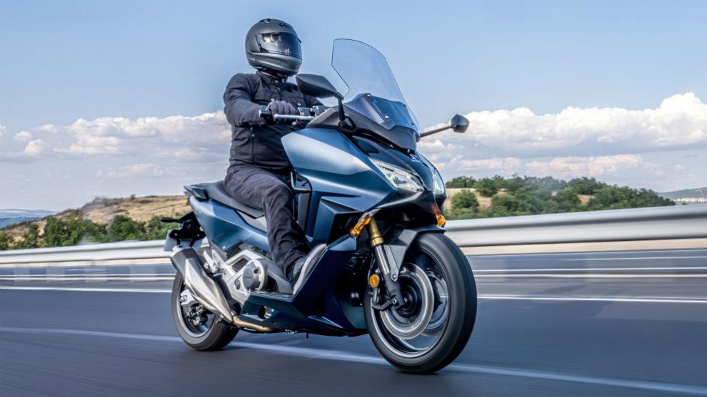 El motor bicilíndrico de 750 cc entrega 58 CV y 69 Nm.