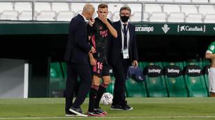 Zidane donne des instructions à Mayoral avant de sauter à la c