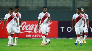 Los jugadores peruanos, durante el partido contra Brasil.