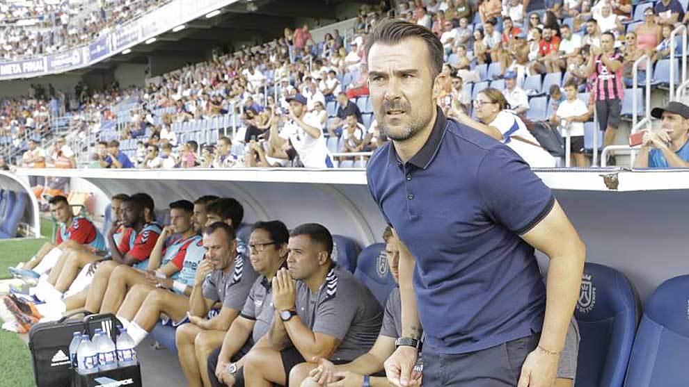 Aritz López Garai, en la banda del Heliodoro durante un...