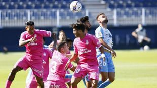 Los jugadores de Las Palmas disputan un balón aéreo