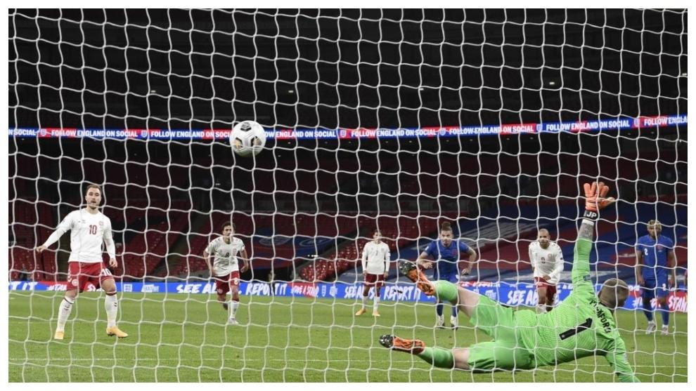 Christian Eriksen marca, de penalti, el 0-1 para Dinamarca ante...