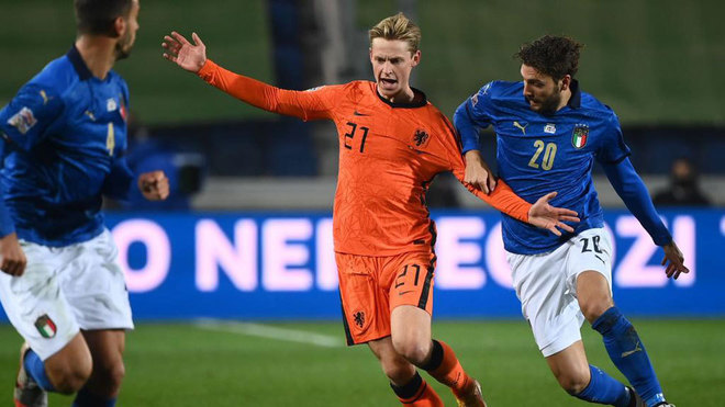 De Jong es agarrado por Locatelli.