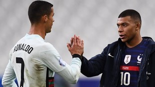 Cristiano Ronaldo y Kylian Mbappé se saludan tras un partido de la...