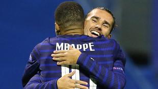 Mbappé y Griezmann en festejo de gol.