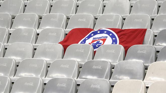 Bandera de Cruz Azul en las gradas del Estadio Azteca