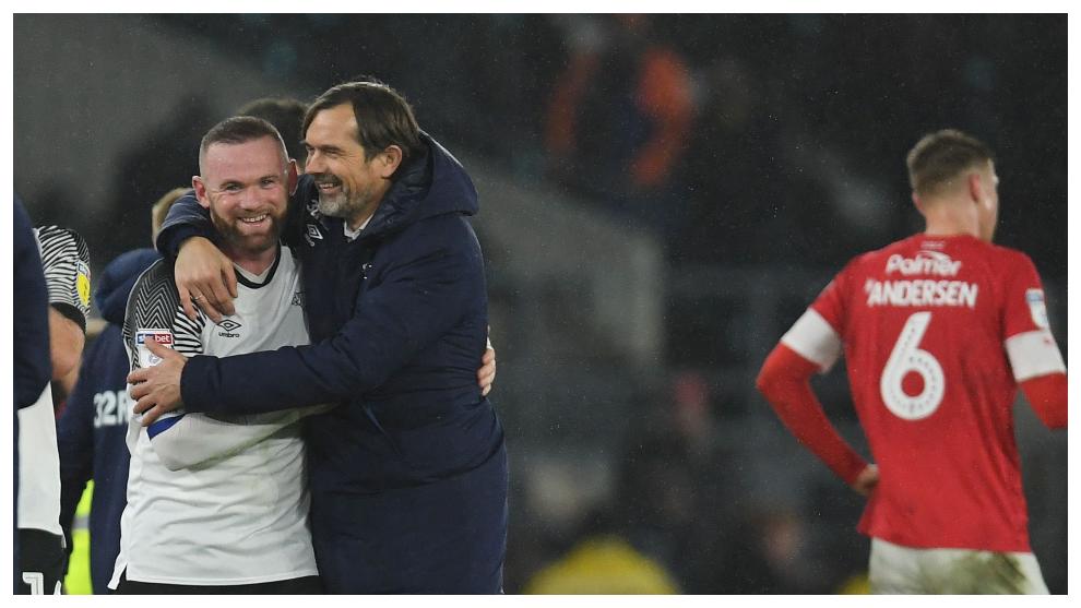 Wayne Rooney y Phillip Cocu durante un partido