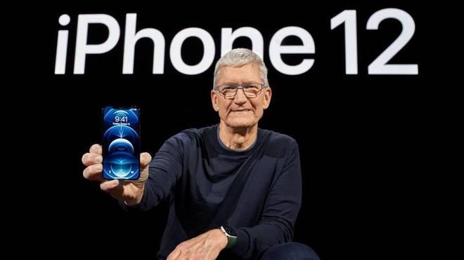 Tim Cook, CEO de Apple, con el nuevo iPhone 12