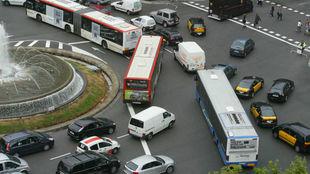 Una rotonda de Barcelona congestionada por el tráfico de vehículos.