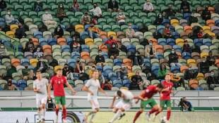 Espectadores durante el España-Portugal manteniendo las medidas de...