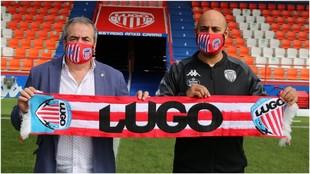 Tino Saqués y Nafti sujetan una buganda del Lugo sobre el césped del...