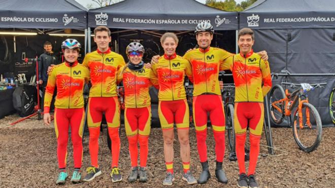 Los seis componentes del equipo de relevos de la selección española...