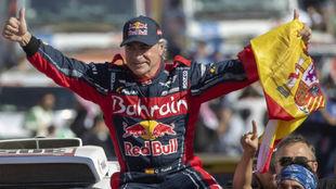 Carlos Sainz celebra la victoria en el Rally Dakar 2020.