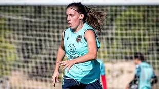 Eva Navarro durante un entrenamiento con el Levante.