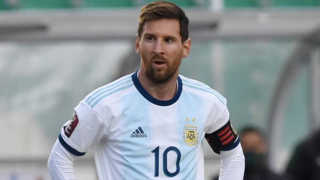 Lionel Messi en un duelo con la selección de Argentina.