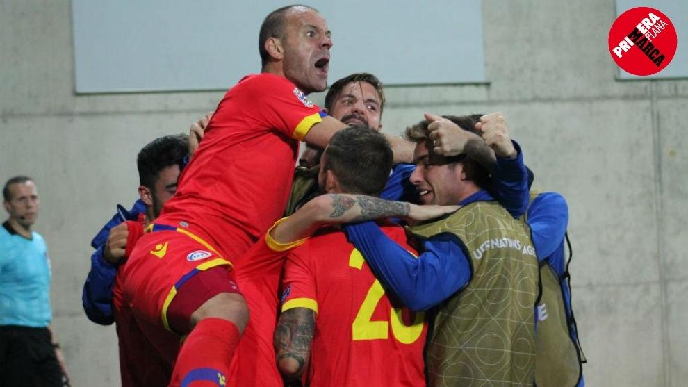 Lima, celebrando un gol con sus compañeros de la selección de...