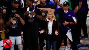 Jeannie Buss, dando un discurso en la burbuja de Orlando tras el...