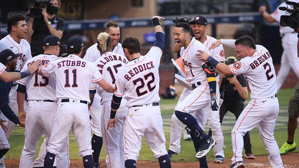Los Astros celebran su dramático triunfo.