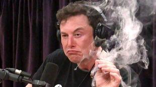 Elon Musk se fuma un porro de marihuana durante una entrevista en...