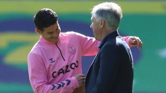 Ancelotti y James se saludan en un entrenamiento del Everton.