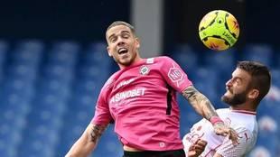 Mihailo Ristic, defensa del Montpellier, despeja un balón.