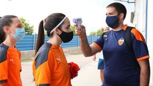 Futbolistas de la Academia del Valencia pasan control de temperatura...