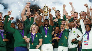 Los jugadores sudafricanos levantan la copa como campeones del mundo...