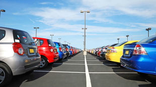 Decenas de coches nuevos recién salidos de fábrica.