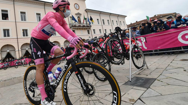 Joao Almeida antes de la salida de la 13ª etapa del Giro.