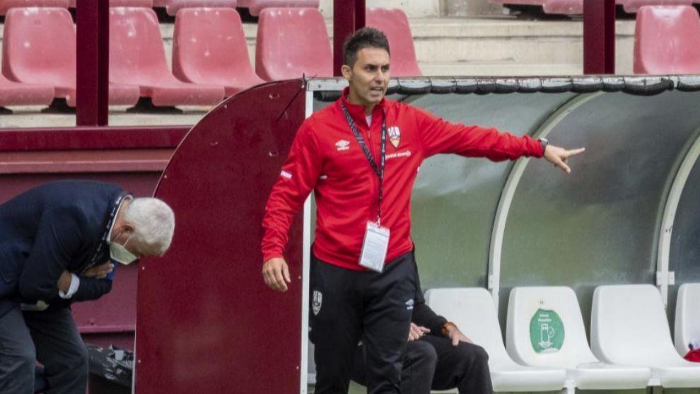 Sergio Rodríguez, en la banda de Las Gaunas en el partido ante el...