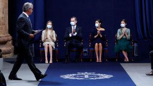 Carlos Sainz saluda a la Familia Real, tras recoger el Princesa de...