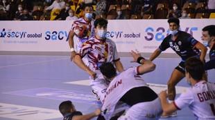 Un momento del partido con mascarillas entre el Ademar y el Sinfín /