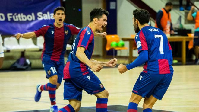 Los jugadores del Levante celebran uno de los goles.