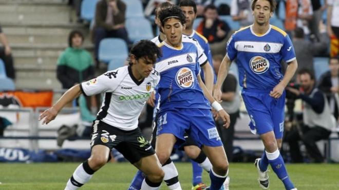 Dani Parejo disputa un balón a Tino Costa.