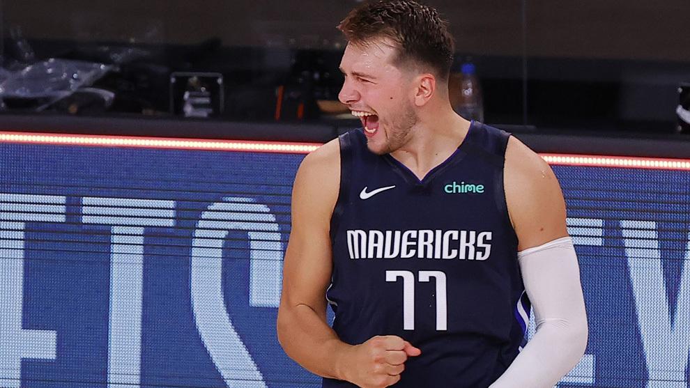 Luka Doncic celebra una canasta con los Mavericks