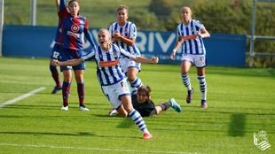 Bárbara Latorre celebra un gol de la Real Sociedad ante el Levante en...