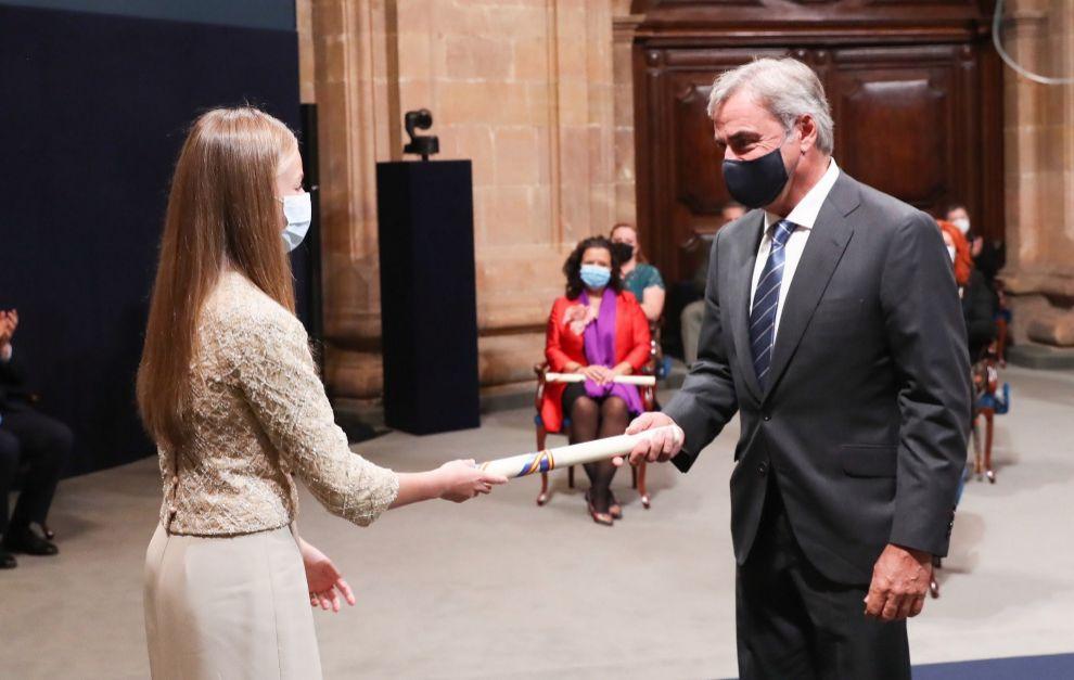 Sainz recibe el galardón de manos de la Princesa de Asturias.