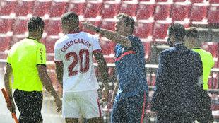 Lopetegui se acerca a González Fuertes para conversar con el...