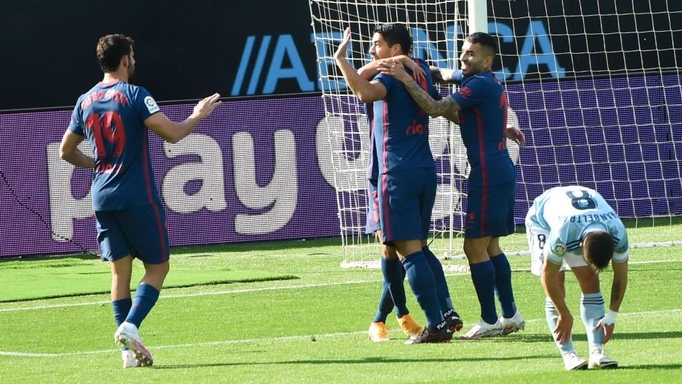 Luis Suárez celebra el gol con sus compañeros.