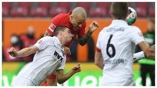 Angeliño se adelanta a Raphael Framberger para marcar el 0-1 del...