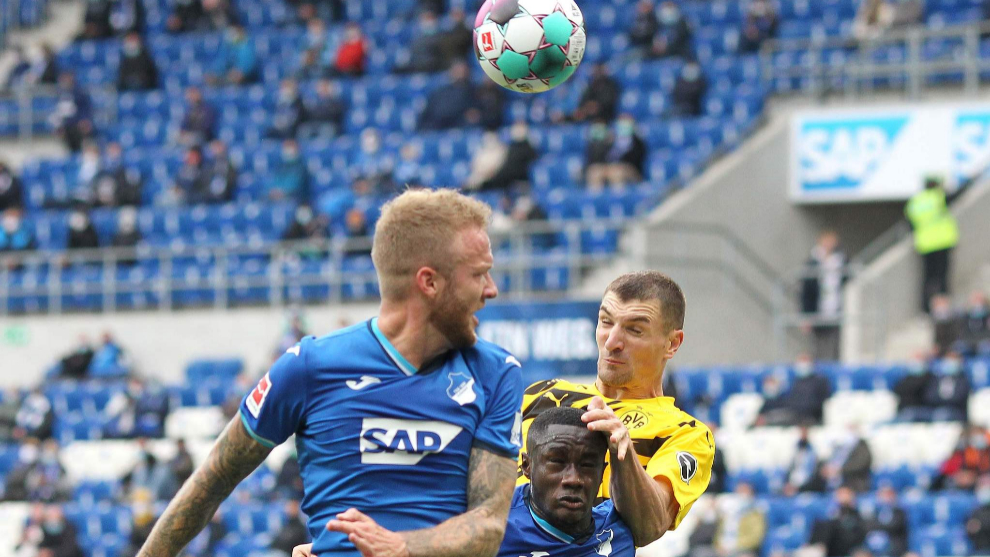 Hoffenheims German defender Kevin Vogt and Hoffenheims Malian midfielder Diadie Samassekou vie for the ball with Dortmunds Belgian midfielder Thomas Meunier during the German first division Bundesliga football match between TSG Hoffenheim and lt;HIT gt;Borussia lt;/HIT gt; Dortmund at the PreZero Arena in Sinsheim, south-western Germany, on October 17, 2020. (Photo by Daniel ROLAND / AFP) / DFL REGULATIONS PROHIBIT ANY USE OF PHOTOGRAPHS AS IMAGE SEQUENCES AND/OR QUASI-VIDEO