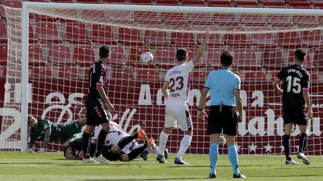 Alvaro Arroyo marca el primer gol del Albacete ante el Sabadell.
