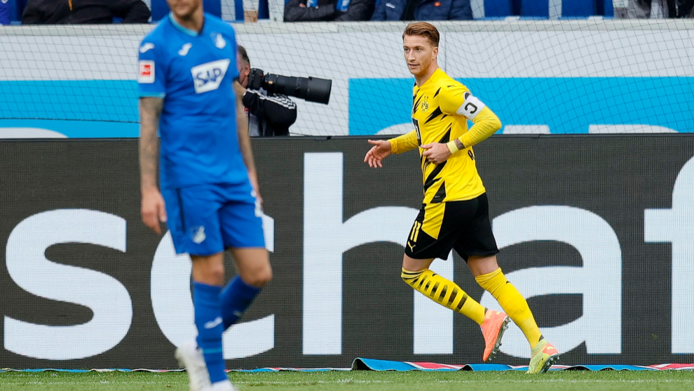 Sinsheim (Germany), 17/10/2020.- Dortmunds Marco Reus (R) reacts after scoring the 1-0 lead during the German Bundesliga soccer match between TSG 1899 Hoffenheim and lt;HIT gt;Borussia lt;/HIT gt; Dortmund in Sinsheim, Germany, 17 October 2020. (Alemania, Rusia) EFE/EPA/RONALD WITTEK CONDITIONS - ATTENTION: The DFL regulations prohibit any use of photographs as image sequences and/or quasi-video